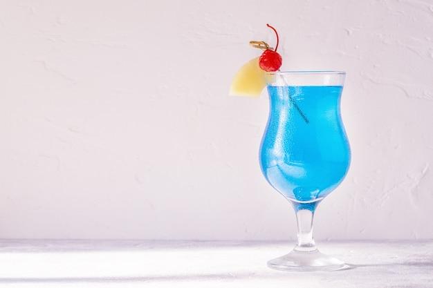 Coquetel blue curacao decorado com frutas