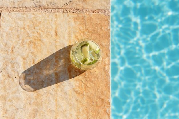 Coquetel caseiro refrescante de mojito em copo alto