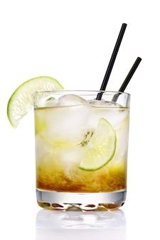 Coquetel clássico brasileiro de caipirinha copo de bebida alcoólica fresca isolado em um fundo branco