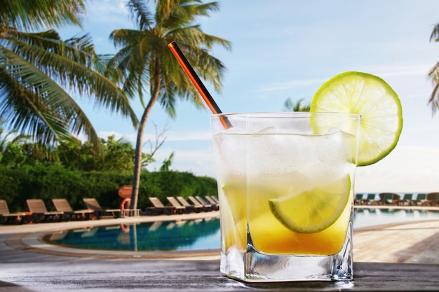 Coquetel clássico brasileiro de kaipirinha bebida alcoólica preparada na hora no fundo da piscina