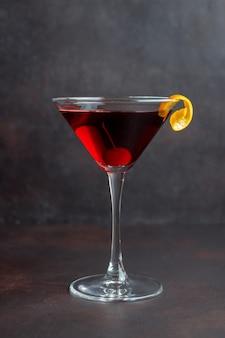 Coquetel clássico de manhattan. bebidas alcoólicas. barra. restaurante.