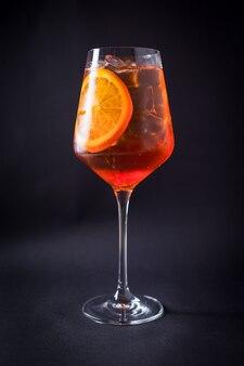 Coquetel com álcool fresco no preto