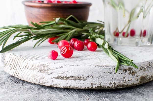 Coquetel com cranberry, alecrim e gelo