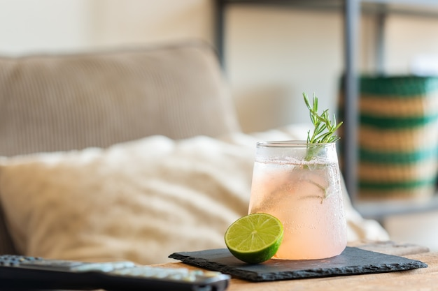 Coquetel com gás forte com limão para relaxar à tarde em casa