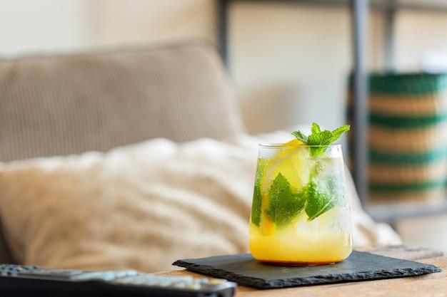 Coquetel com gás forte para relaxar à tarde em casa