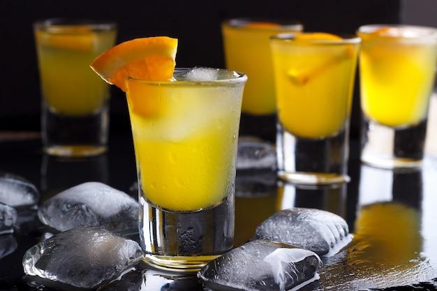 Coquetel com laranja e gelo