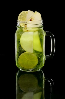 Coquetel, com, limão, maçã, e, pistaches, xarope, em, jarro, ligado, pretas
