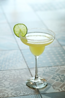 Coquetel com rodela de limão