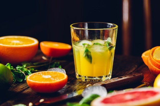 Coquetel com suco de citrinos, hortelã e gelo.