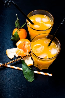 Coquetel com tangerinas, suco e gelo