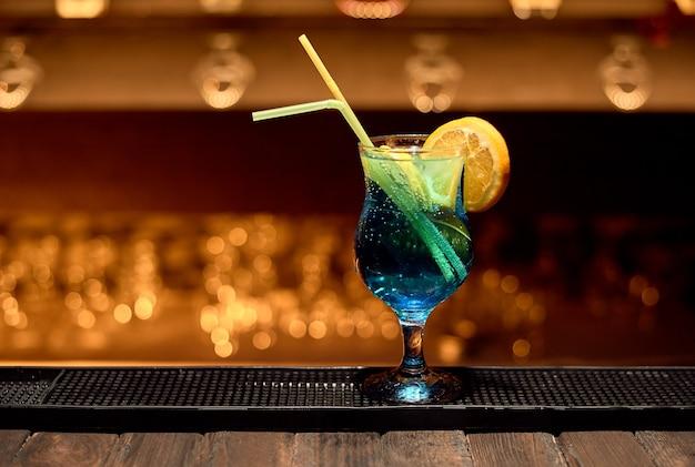 Coquetel da lagoa azul em bar de boate