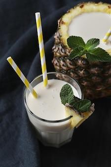 Coquetel de abacaxi com canudo. bebida tropical