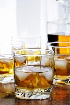 Coquetel de álcool com conhaque, uísque ou rum com ginger ale, limão e gelo em copos
