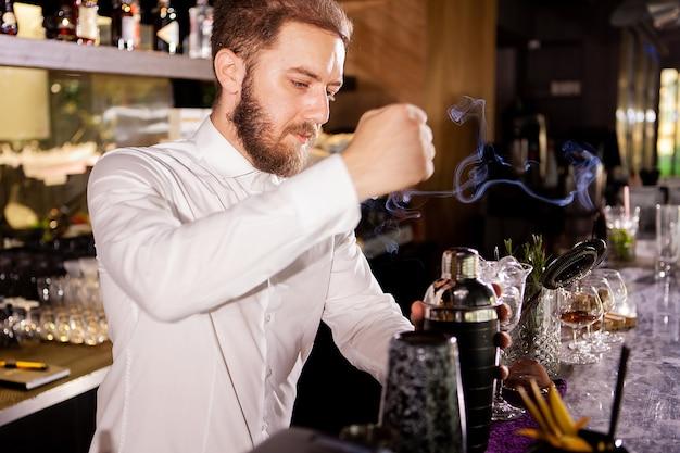 Coquetel de álcool no bar. o barman prepara um coquetel alcoólico. bebida deliciosa