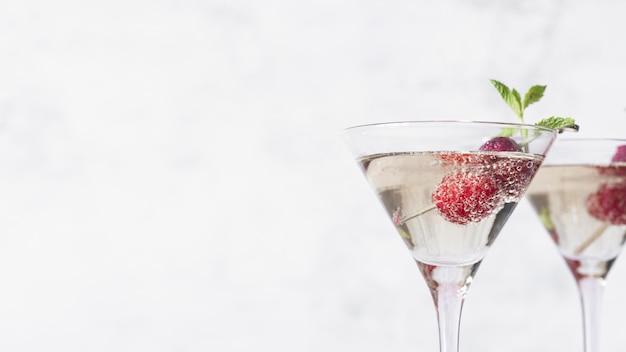 Coquetel de bebida alcoólica com espaço de cópia de framboesa