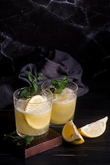 Coquetel de bebida alcoólica com fundo luxuoso de limão