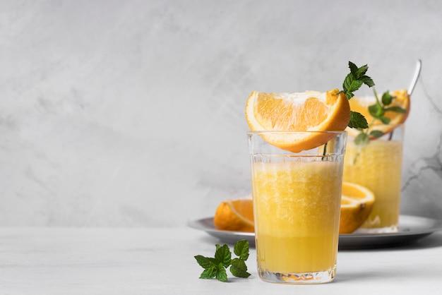 Coquetel de bebida alcoólica com laranja e hortelã