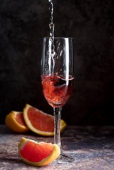 Coquetel de bebida alcoólica com rodelas de uva