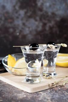 Coquetel de bebida alcoólica martini e azeitonas