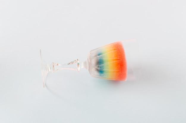 Coquetel de bebida arco-íris em um conceito de verão colorido de fundo azul para festas e diversão