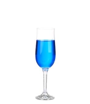 Coquetel de bebida azul em uma parede branca