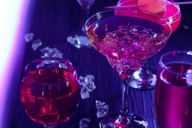 Coquetel de bebidas com gelo nas luzes do clube