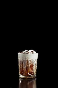 Coquetel de café alcoólico ou não alcoólico com uísque de chocolate amargo e bourbon e chantilly