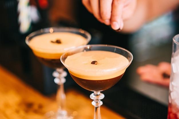 Coquetel de café martini e grãos de café por cima