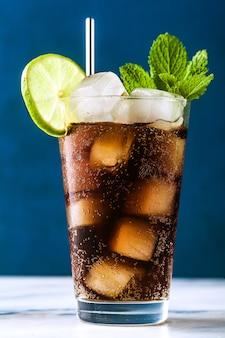 Coquetel de coca-cola em um copo alto cuba libre. bebida refrescante de verão