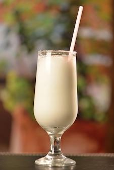 Coquetel de coco com canela e açúcar cristalizado