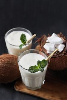 Coquetel de coco com canudo. bebida tropical