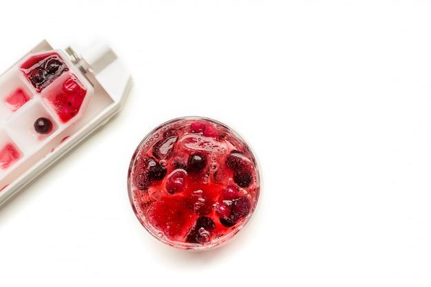 Coquetel de frutas congeladas em cubos de gelo