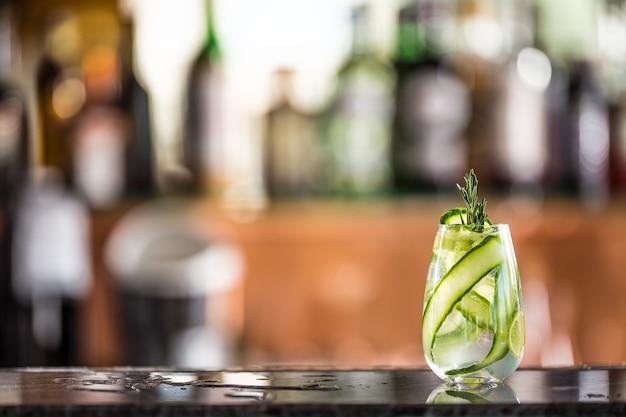 Coquetel de gim tônico com pepino no balcão do bar no filhote de cachorro ou restaurante.