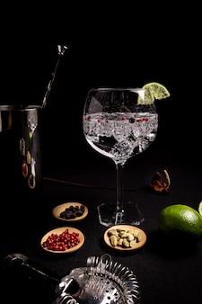 Coquetel de gin e tônica em um fundo preto