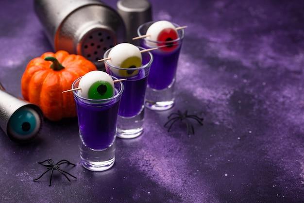 Coquetel de halloween roxo com olhos