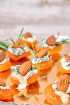 Coquetel de lanche de damascos secos com gorgonzola e amêndoas