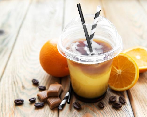 Coquetel de laranja e café em um antigo fundo de madeira