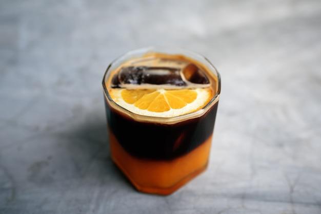 Coquetel de laranja e café, profundidade de campo rasa
