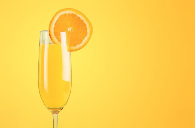 Coquetel de laranja na mesa
