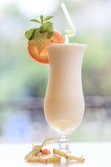 Coquetel de leite. conceito de comida e bebida