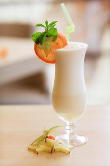 Coquetel de leite. conceito de comida saudável