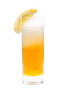 Coquetel de limão refrescante isolado no fundo branco, traçado de recorte