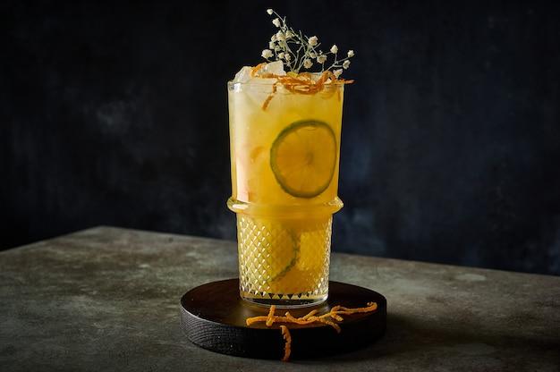 Coquetel de limonada refrescante caseiro com suco de laranja, gelo picado e frutas cítricas no verão