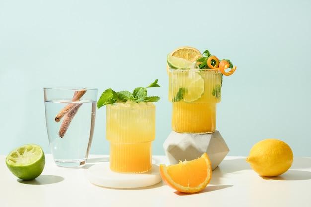 Coquetel de margarita clássico e de amora preta com limão