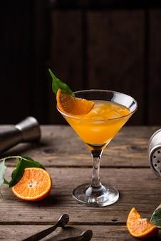 Coquetel de martini de laranja em estilo rústico