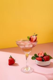 Coquetel de mojito de verão com morangos em fundo amarelo. morango mojito. bebida refrescante de verão com espaço de cópia