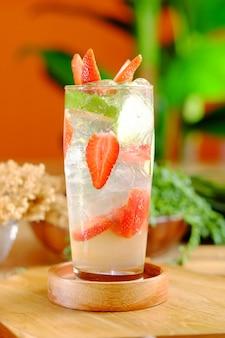 Coquetel de morango doce com cucumbar