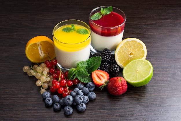 Coquetel de panna cotta com frutas e bagas