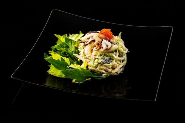Coquetel de salada marinha com polvo, camarão, abacate, caviar tobiko, surimi e molho cremoso.