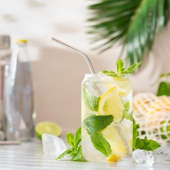 Coquetel de soda refrescante de verão com sombras